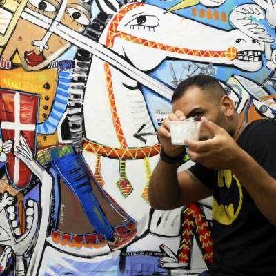l artista alessandro siviglia con una delle sue opere-arte moderna roma