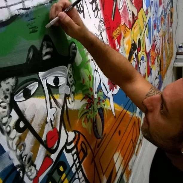 artista che dipige-quadro contemporaneo-ordine nel disordine