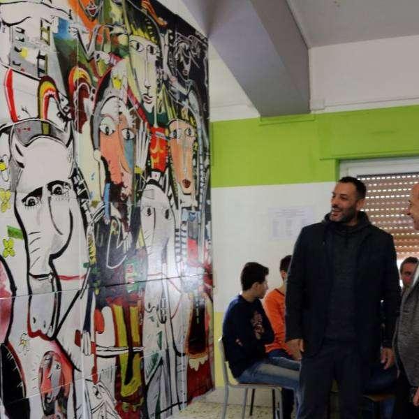 Alessandro Siviglia con la riproduzione del suo quadro Mori contro Cristiani