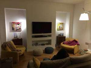 arredamento moderno per soggiorno quadri quadrati senape e granata ...