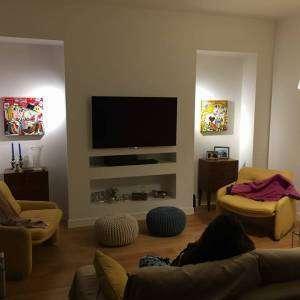 arredamento moderno per soggiorno quadri quadrati senape e granata