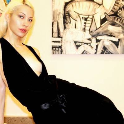 Foto di modella con quadri