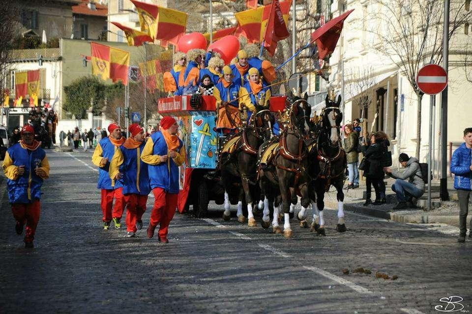 Carnevale Ivrea - sfilata carro da getto
