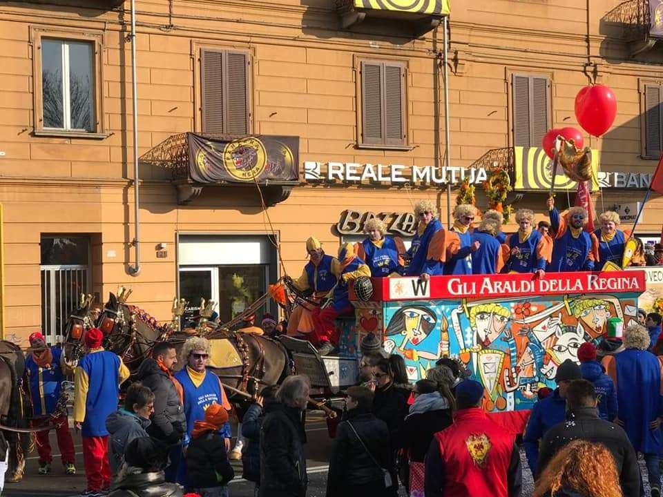 Cavalli trainano un carro moderno per il Carnevale di Ivrea