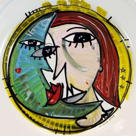 ritratto di una donna con la luna su un piatto di ceramica