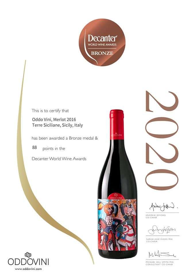 Una bottiglia di vino pregiato bellissima con un etichetta che richiama la Sicilia
