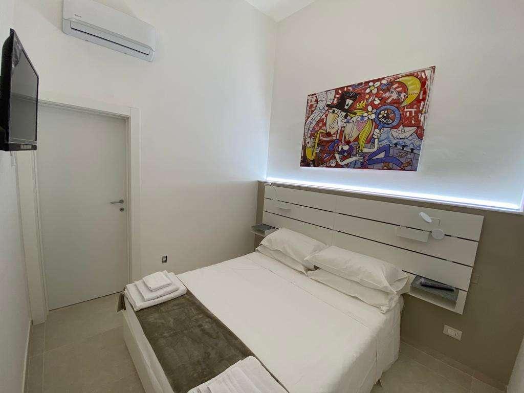 camera da letto con un dipinto grande dell'artista Siviglia quadri moderni su tela pezzi unici